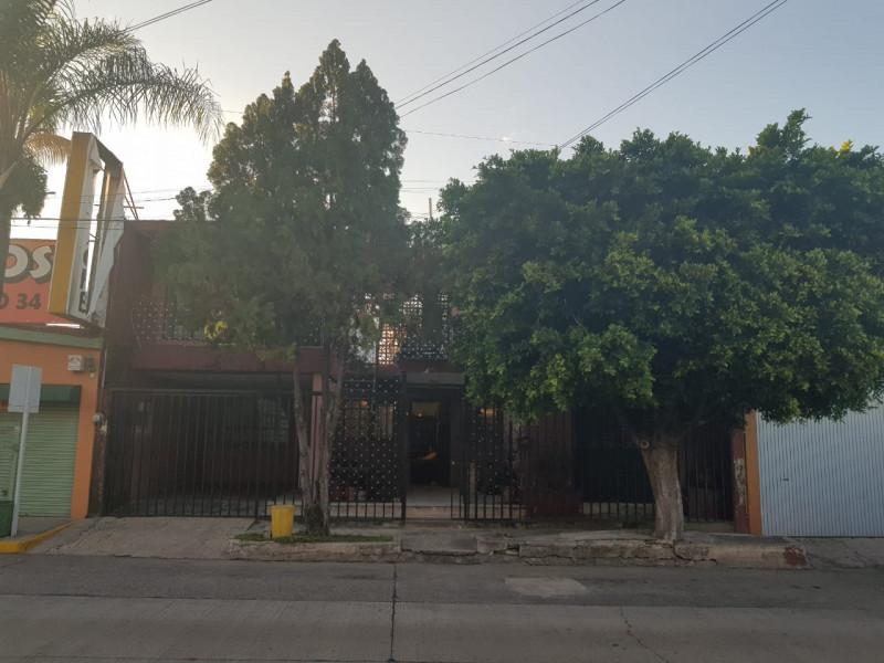 Casa ubicada a dos cuadras de Lázaro Cárdenas y del Mercado de Abastos, excelente ubicación para bodegas o para uso comercial. El precio es negociable. 1