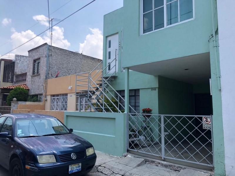 Casa Duplex en Venta en la Guadalupana, ambos niveles, 1 lugar de estacionamiento, Planta Baja cuenta con 3 recámara, sala, comedor y cocina, en planta alta cuenta con 2 recámaras con duela, cocina integral, sala y comedor. 1