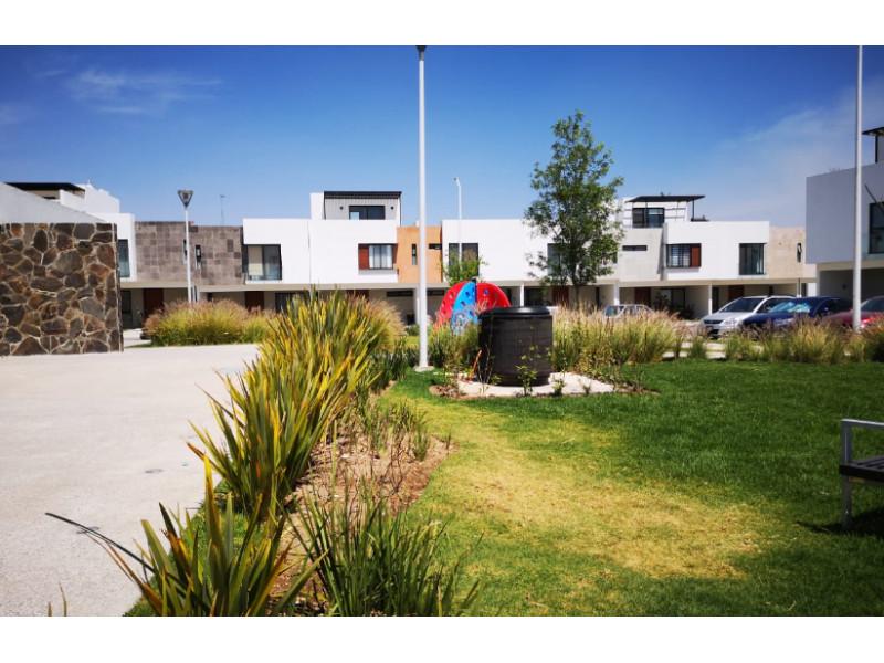 casa nueva en fraccionamiento de 273 casas coto  con  alberca pista de joggin ,terraza, gym,  zona infantil .  casa 3 recamaras,  con  aire acondicionado,  2.5  baños,  roof garden.  cocina equipada integral. 1