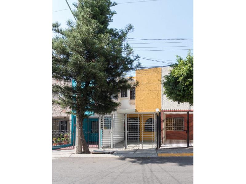 Bonita casa en Venta en Residencial San Elías, Guadalajara. La casa está construida en 2 niveles, cuenta con sala comedor cocina integral, cuarto de servicio, medio baño en planta baja, estudio, 2 recamaras con baño completo, la principal con vestidor amplio con espacio para blancos, cochera para 1 auto. Se queda con todos los accesorios, persianas, ventiladores y estufa. La casa mide 4 x 18, son 75 m2 de terreno y 120 m2 de construcción aprox. En excelente ubicación, cerca de Av. De los Normalistas, Monte San Elías, Sierra Leona, Av. Fidel Velázquez, Calzada Independencia, Av. Circunvalación, Periférico Norte, Estadio Jalisco, Parque Tucson, Macrobus. 1