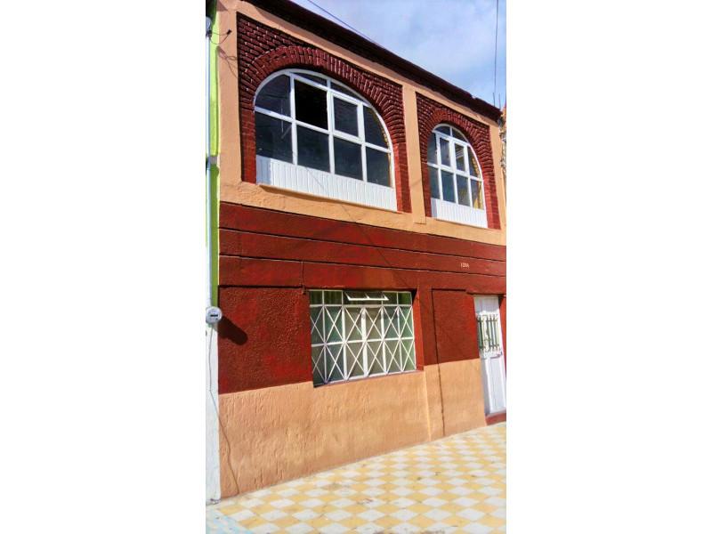 La casa se encuentra cerca de la Av. Juan pablo II y Av Circunvalación Oblatos. En la planta baja cuenta con cocina, sala - comedor, 2 habitaciones, 1 baño completo y un patio Planta alta: 2 habitaciones, un patio pequeño y un cuarto con tejaban. Libre de gravamen. 1