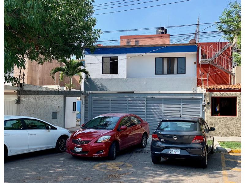 CASA HABITACIÓN EN 2 PLANTAS CON USO DE SUELO COMERCIAL HASTA LOS 30.00M2, MARCADA CON EL NÚMERO OFICIAL 2945 DE LA CALLE HIDALGO, ENTRE LAS CALLES NELSON Y LINCOLN, FRACCIONAMIENTO VALLARTA NORTE, SECTOR HIDALGO, ZONA MINERVA, MUNICIPIO DE GUADALAJARA, JALISCO, C.P.44500.  PLANTA BAJA: COCHERA DESCUBIERTA PARA 2 VEHICULOS Y 4 MAS EN BATERIA EN LA PARTE FRONTAL DEL INMUEBLE, SALA, COMEDOR, COCINA INTEGRAL CON DESAYUNADOR, 6 RECAMARAS, 2 Y MEDIO BAÑOS.  PLANTA ALTA: 6 RECAMARAS Y 3 BAÑOS COMPLETOS.  INMUEBLE CON EXCELENTE UBICACIÓN, CON USO DE SUELO MIXTO ( HABITACIONAL / COMERCIAL )  EDAD DEL INMUEBLE: 40 AÑOS ( REMODELADA )  TERRENO: 319M2  CONSTRUCCION: 446M2  INFORMES: CEL. 3331533870 OFICINA 3336296379  1