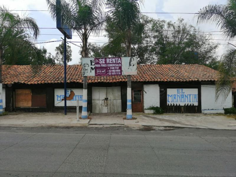 Local comercial de 312 m2 ubicado en Tlajomulco Centro, sobre Cto. Metropolitano Sur esquina con calle Juárez, (A un lado de Dulces de la Rosa), licencia de giro de restaurant bar pero abierto a cualquier tipo de comercio por su excelente ubicación.  1