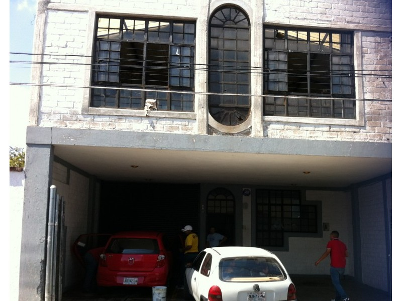 Local, bodega con oficinas de 2 pisos con estacionamiento muy bueno, actualmente esta rentado en 11,. 1