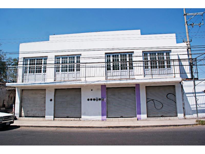 Excelente Casa para Inversión. Cuenta con 6 Locales Comerciales y 1 Departamento con 3 recámaras con clóset cada uno, 1 baño completo, cuenta con cocineta , 5 medios baños, 220 mts de construcción. Ubicada sobre avenida con mucha afluencia de trafico y peatones a cuadra y media de la Farmacia Guadalajara. 1