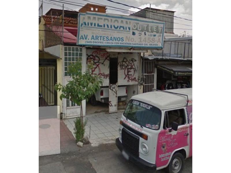 Excelente local comercial ubicado sobre la Av. Artesanos en zona de mucho tránsito peatonal y vehicular en la colonia Oblatos. Incluye un departamento de 3 recamaras. Excelente oportunidad. 1