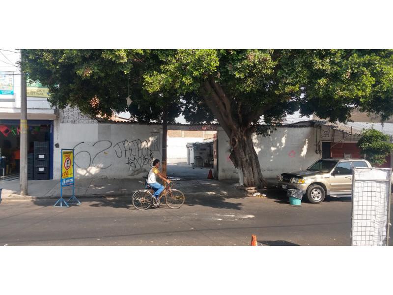 Terreno especial (H4-V), para comercio y vivienda, en la zona comercial de Medrano y calle 62 col. La Loma, alta densidad. Superficie plana de 495 m2 (15 x 33) cuenta con barda perimetral y portón. Se pueden construir hasta 4 niveles. 1