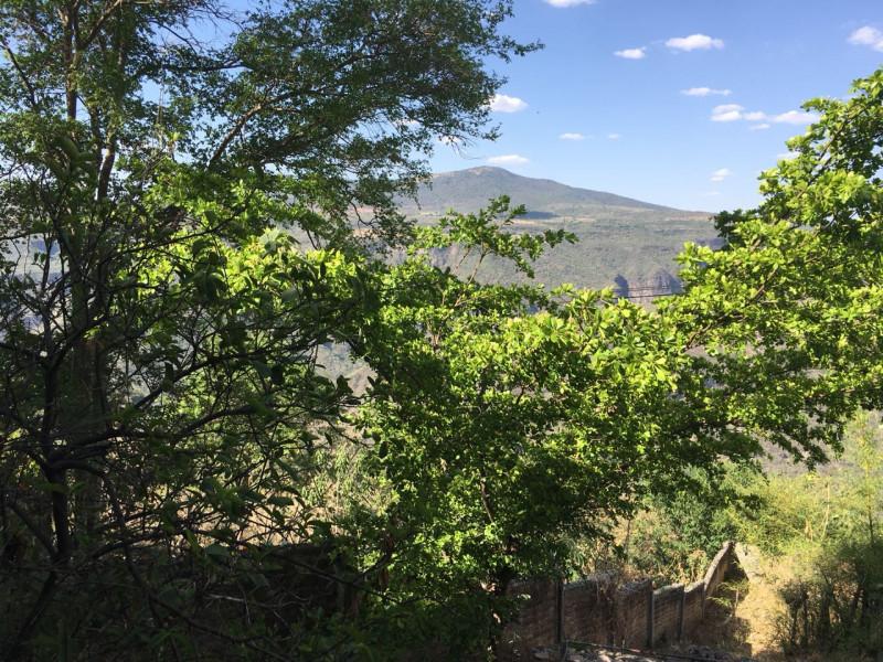 Excelente terreno con vista panorámica muy atractiva de la Barranca de Huentitán, sobre anillo periférico. 2,200 mts Ideal para casa de campo. Uso de suelo habitacional 10
