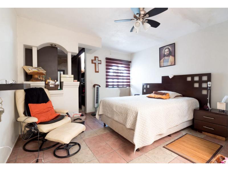 Bonita casa en Venta en Residencial San Elías, Guadalajara. La casa está construida en 2 niveles, cuenta con sala comedor cocina integral, cuarto de servicio, medio baño en planta baja, estudio, 2 recamaras con baño completo, la principal con vestidor amplio con espacio para blancos, cochera para 1 auto. Se queda con todos los accesorios, persianas, ventiladores y estufa. La casa mide 4 x 18, son 75 m2 de terreno y 120 m2 de construcción aprox. En excelente ubicación, cerca de Av. De los Normalistas, Monte San Elías, Sierra Leona, Av. Fidel Velázquez, Calzada Independencia, Av. Circunvalación, Periférico Norte, Estadio Jalisco, Parque Tucson, Macrobus. 11