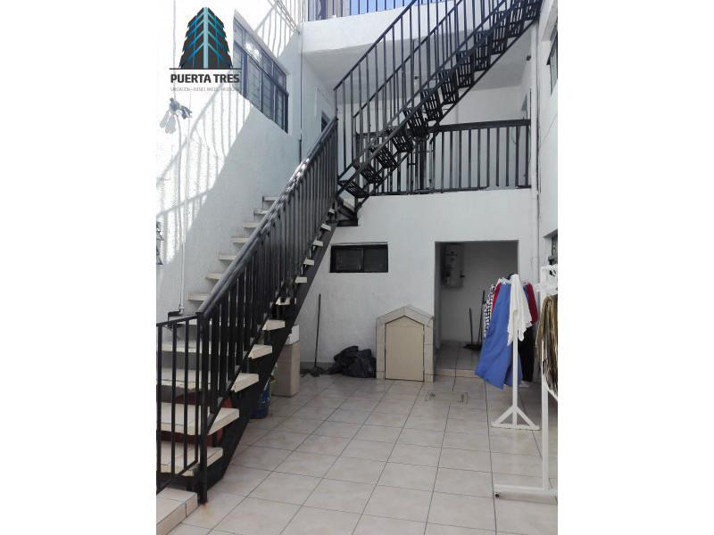Amplia casa habitación ubicada en zona céntrica, a 5 cuadras de plaza Terraza Oblatos. Cuenta en PB con cochera para 1 auto, un departamento con sala comedor, cocina y 1 recámara con baño, ademas patio de servicio con baño, cocina, sala comedor amplia, 2 recámaras. En PA cuenta con 3 recámaras y terraza. Y en el 2 nivel tiene bodega o cuarto de usos múltiples con baño completo. 11