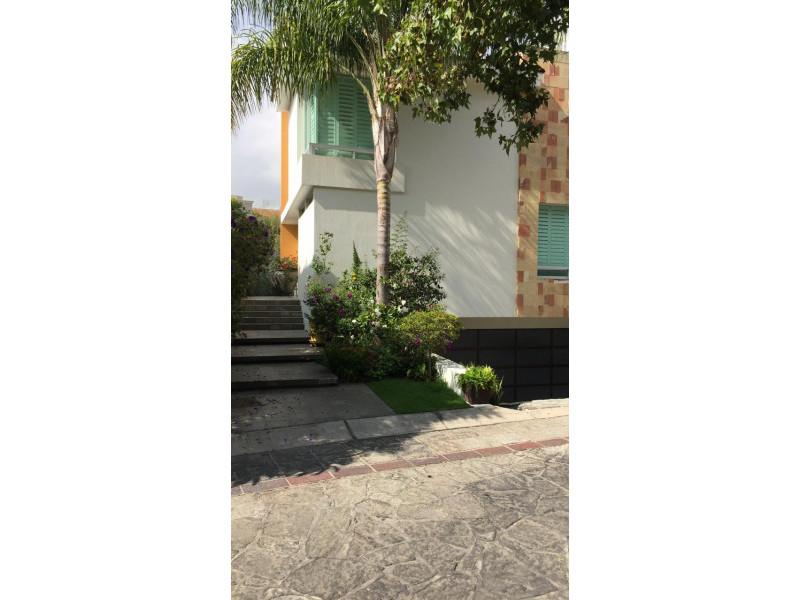 hermosa residencia en valle real  zona tranquila y  segura,  areas verdes,  4 recamaras,  estudio,  area de tv, gimnasio, bodega,  cuarto  de lavar  y  de servicio. 11