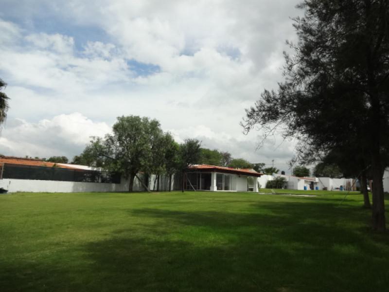 Terreno en Villa Corona, Jalisco. Frente a la laguna. Cuenta con una terraza, cocineta, 2 baños, alberca con chapoteadero y equipo, embarcadero con un pequeño muelle, cisterna de 10m3, bardas laterales y  3 bodegas. tel. para cita (33)15664050. 11