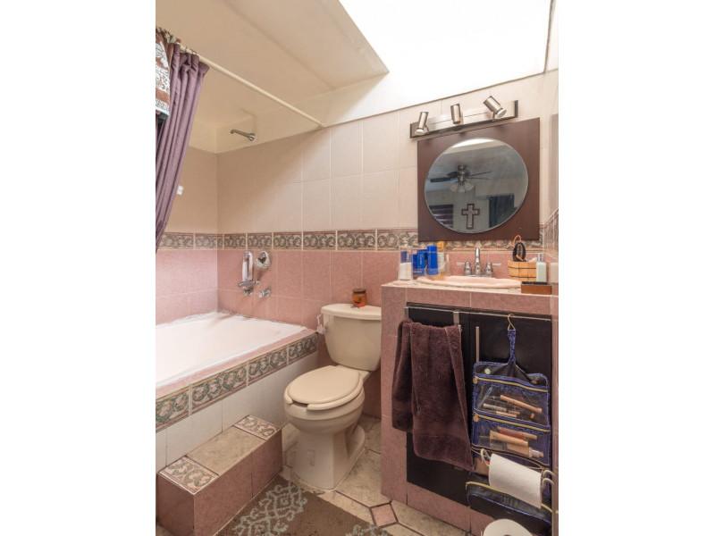 Bonita casa en Venta en Residencial San Elías, Guadalajara. La casa está construida en 2 niveles, cuenta con sala comedor cocina integral, cuarto de servicio, medio baño en planta baja, estudio, 2 recamaras con baño completo, la principal con vestidor amplio con espacio para blancos, cochera para 1 auto. Se queda con todos los accesorios, persianas, ventiladores y estufa. La casa mide 4 x 18, son 75 m2 de terreno y 120 m2 de construcción aprox. En excelente ubicación, cerca de Av. De los Normalistas, Monte San Elías, Sierra Leona, Av. Fidel Velázquez, Calzada Independencia, Av. Circunvalación, Periférico Norte, Estadio Jalisco, Parque Tucson, Macrobus. 12