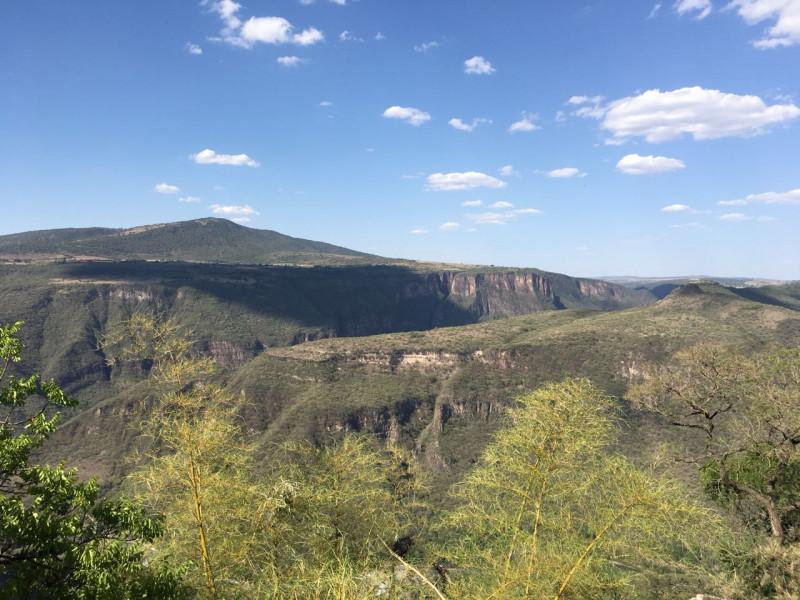 Excelente terreno con vista panorámica muy atractiva de la Barranca de Huentitán, sobre anillo periférico. 2,200 mts Ideal para casa de campo. Uso de suelo habitacional 12