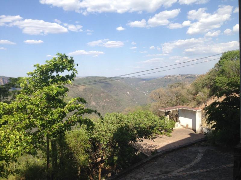 Excelente terreno con vista panorámica muy atractiva de la Barranca de Huentitán, sobre anillo periférico. 2,200 mts Ideal para casa de campo. Uso de suelo habitacional 13
