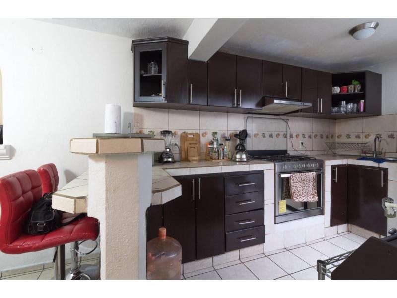 Bonita casa en Venta en Residencial San Elías, Guadalajara. La casa está construida en 2 niveles, cuenta con sala comedor cocina integral, cuarto de servicio, medio baño en planta baja, estudio, 2 recamaras con baño completo, la principal con vestidor amplio con espacio para blancos, cochera para 1 auto. Se queda con todos los accesorios, persianas, ventiladores y estufa. La casa mide 4 x 18, son 75 m2 de terreno y 120 m2 de construcción aprox. En excelente ubicación, cerca de Av. De los Normalistas, Monte San Elías, Sierra Leona, Av. Fidel Velázquez, Calzada Independencia, Av. Circunvalación, Periférico Norte, Estadio Jalisco, Parque Tucson, Macrobus. 14