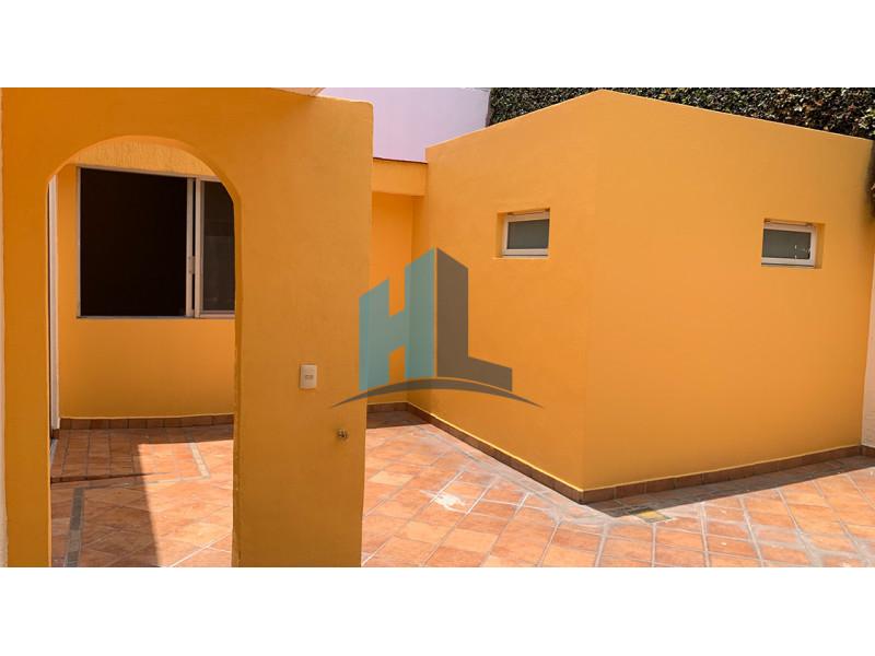 Casa en venta en Ciudad del Sol, excelente ubicación a dos cuadras López Mateos y Moctezuma.  Planta baja: Recibidor, sala, comedor, cocina, cuarto de servicio, cuarto de lavado, patio de servicio, amplia terraza con fuente, una habitación con baño completo, cochera para 3 vehículos, baño de visitas. Planta alta: 4 habitaciones dos con balcón, 2 baños completos.   Ideal para vivienda u oficinas y consultorios por su ubicación privilegiada. Todas la comodidades a la mano, centros comerciales, plazas, bancos, hoteles, hospitales, escuelas, templos. Zona de alta plusvalía. 16