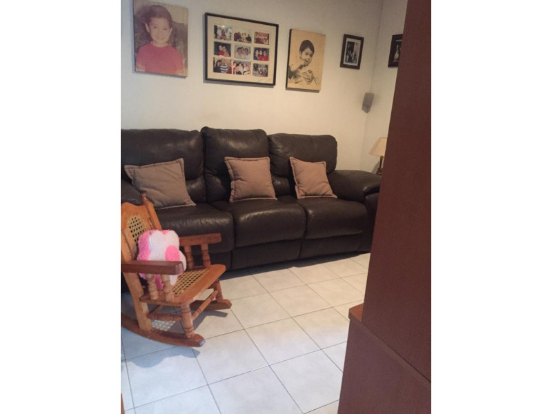 Casa en venta en colonia Loma Bonita con 4 recámaras, sala y comedor, cocina integral y terraza con techo abatible, cuenta con un cuarto de servicio con su baño completo y 2 lugares de estacionamiento dentro de cochera. 16