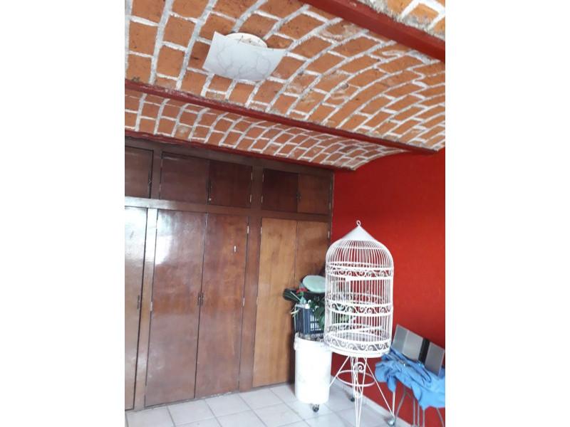 Se Vende casa en Colonia Santa Rosa, Guadalajara, Jal.  Casa en venta en Col. Santa Rosa, en la planta baja cuenta con cochera cubierta para 2 autos, sala, comedor, cocina integral, baño completo. En primer nivel 3 recamaras y patio de servicio. En el 2do nivel terraza con protecciones cuenta con malla electrificada, se encuentra en muy buenas condiciones. La propiedad tiene 1 año de remodelación.      16