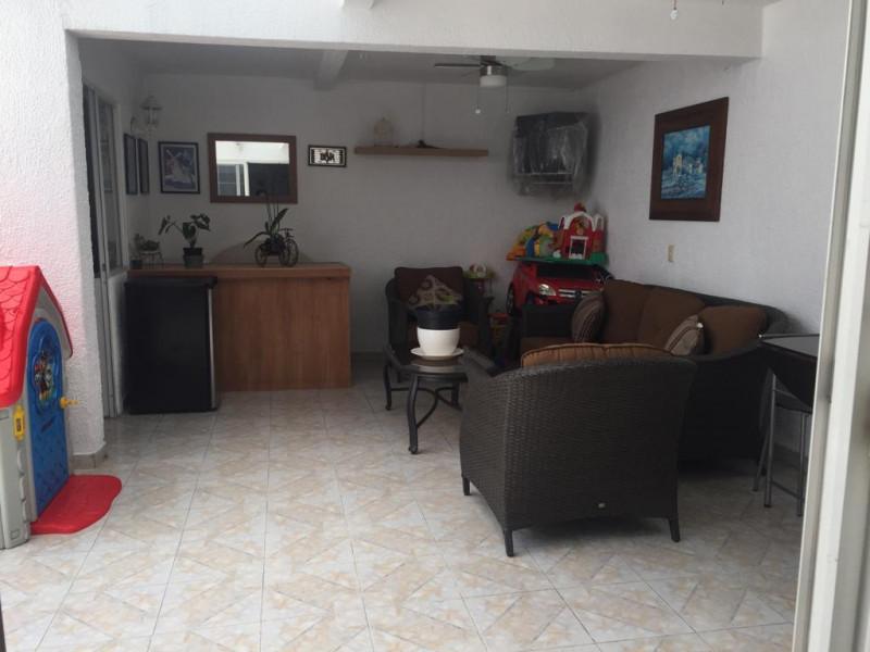 Casa en venta en colonia Loma Bonita con 4 recámaras, sala y comedor, cocina integral y terraza con techo abatible, cuenta con un cuarto de servicio con su baño completo y 2 lugares de estacionamiento dentro de cochera. 17