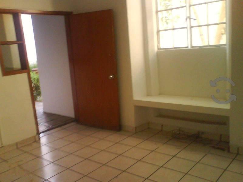Remate local 211m2 Alcalde Barranquitas Zona Centro $1,600,000 212M2 TERRENO Y 130M2 DE CONSTRUCCIÓN Muy bien Ubicado, a tres cuadras del Hospital Civil de Guadalajara, a tres del Mercado Alcalde, a cinco del recién inaugurado Paseo Alcalde, a tres cuadras del Parque Morelos, y dentro del perímetro de CIUDAD CREATIVA DIGITAL, por lo que representa potencial significativo para cualquier proyecto comercial o habitacional, superficie de terreno 211.72 m2, la finca tiene avalúo en 2013 por el mismo valor de venta en que se ofrece en éste momento, libre de gravamenes, lista para escriturar, se escuchan propuestas pues me urge la venta.  Actualmente, se encuentra rentado para uso comercial con el giro de fabricación de imágenes religiosas (el inquilino acepta cualquier opción del comprador, seguir rentando o desalojar el local).  Potencial para uso como Consultorios, restaurante, casa habitación, comercio u oficinas. Se muestra sin problema todos los días!  16