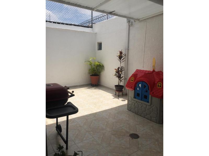 Casa en venta en colonia Loma Bonita con 4 recámaras, sala y comedor, cocina integral y terraza con techo abatible, cuenta con un cuarto de servicio con su baño completo y 2 lugares de estacionamiento dentro de cochera. 18