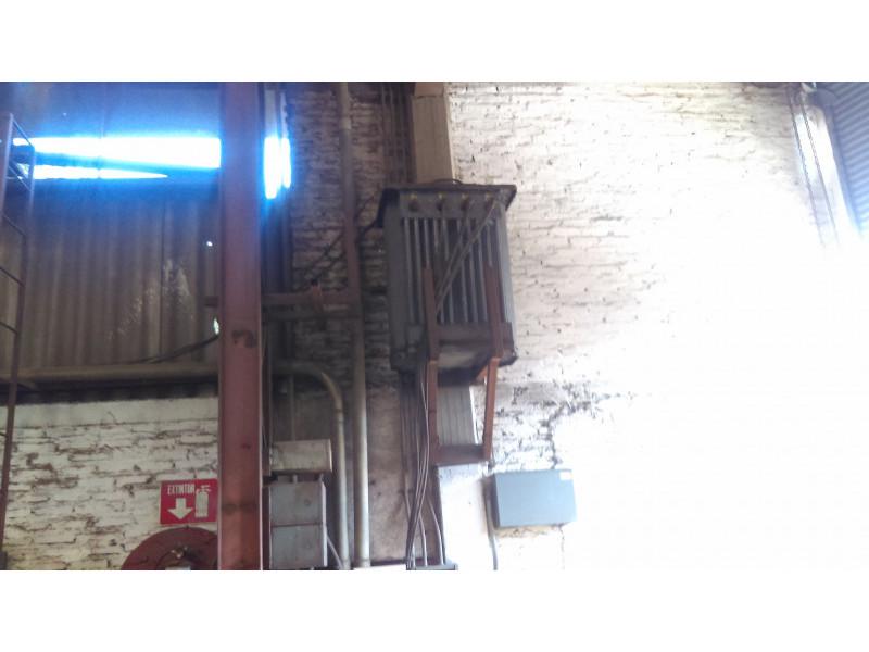 Venta de terreno en esquina, excelente ubicación, colonia Vicente Guerrero construcción industrial, ubicada en esquina y distribuida de la siguiente manera PB: 2 accesos, 2 áreas de maniobras, oficinas con 1/2 baño, bodega, baños de empleados y oficina trasera. PA : Área de oficinas, comedor y recamaras para velador. terreno 1,919 m2. 18