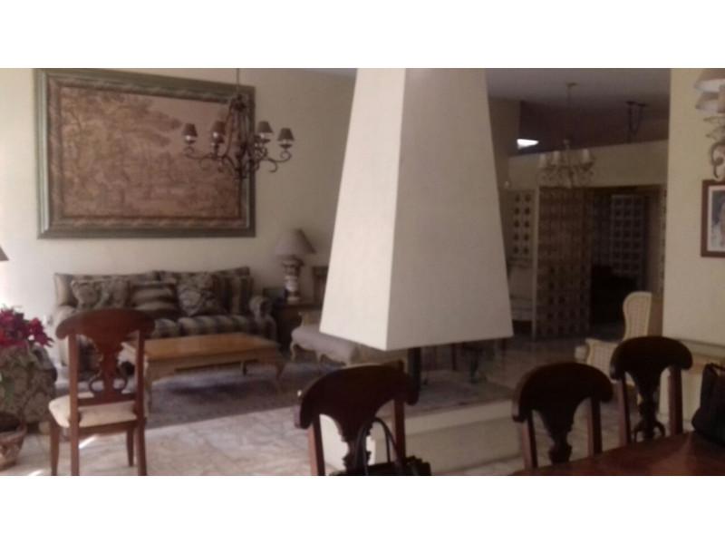 Amplia residencia con excelente iluminación, ubicación y buen proyecto arquitectónico.  CARACTERÍSTICAS: Planta Baja: Cochera 4 autos, portón eléctrico, recibidor,  1/2 baño, estudio c/baño completo, sala, comedor, cocina integral con desayunador, 4 recámaras (la principal con vestidor y baño completo, 3 secundarias con closet), 1 baño completo, sala de TV, 2 bodegas, terraza techada, jardín amplio con fuente, Planta Alta: Estudio independiente con baño, área de lavado techada, área de servicio, cuarto de servicio con baño.   2