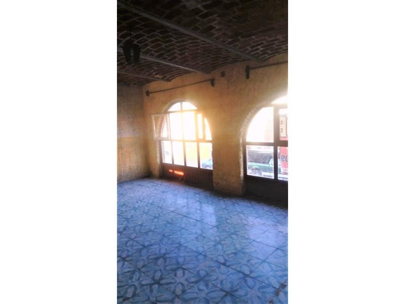 La casa se encuentra cerca de la Av. Juan pablo II y Av Circunvalación Oblatos. En la planta baja cuenta con cocina, sala - comedor, 2 habitaciones, 1 baño completo y un patio Planta alta: 2 habitaciones, un patio pequeño y un cuarto con tejaban. Libre de gravamen. 2