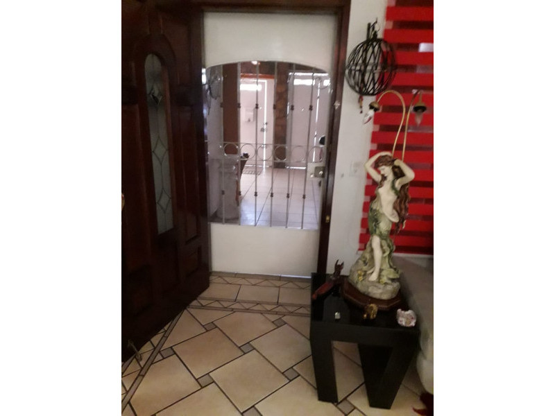 Se Vende casa en Colonia Santa Rosa, Guadalajara, Jal.  Casa en venta en Col. Santa Rosa, en la planta baja cuenta con cochera cubierta para 2 autos, sala, comedor, cocina integral, baño completo. En primer nivel 3 recamaras y patio de servicio. En el 2do nivel terraza con protecciones cuenta con malla electrificada, se encuentra en muy buenas condiciones. La propiedad tiene 1 año de remodelación.      2