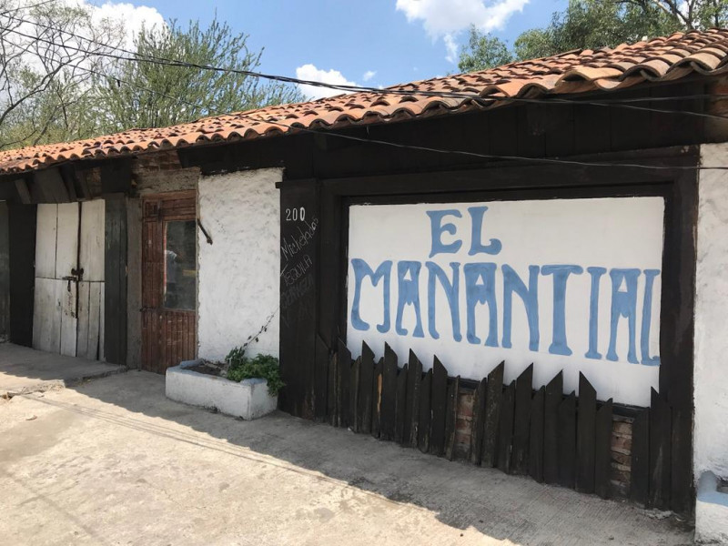 Local comercial de 312 m2 ubicado en Tlajomulco Centro, sobre Cto. Metropolitano Sur esquina con calle Juárez, (A un lado de Dulces de la Rosa), licencia de giro de restaurant bar pero abierto a cualquier tipo de comercio por su excelente ubicación.  2