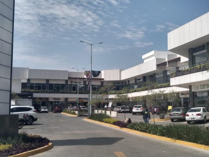 Centro comercial moderno y con excelente ubicación, frente al Fraccionamiento Residencial del Pilar, cercano al Club de Golf Santa Anita. Los locales cuentan con doble altura lo cual permite ampliar su espacio en metros cuadrados. 2