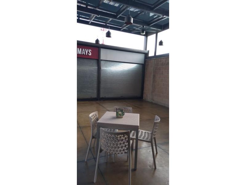 Centro comercial moderno y con excelente ubicación, frente al Fraccionamiento Residencial del Pilar, cercano al Club de Golf Santa Anita. La renta del kiosko incluye espacio para mesas y sillas y el giro deberá de ser para venta de alimentos, nieves, crepas, botanas, etc. 2