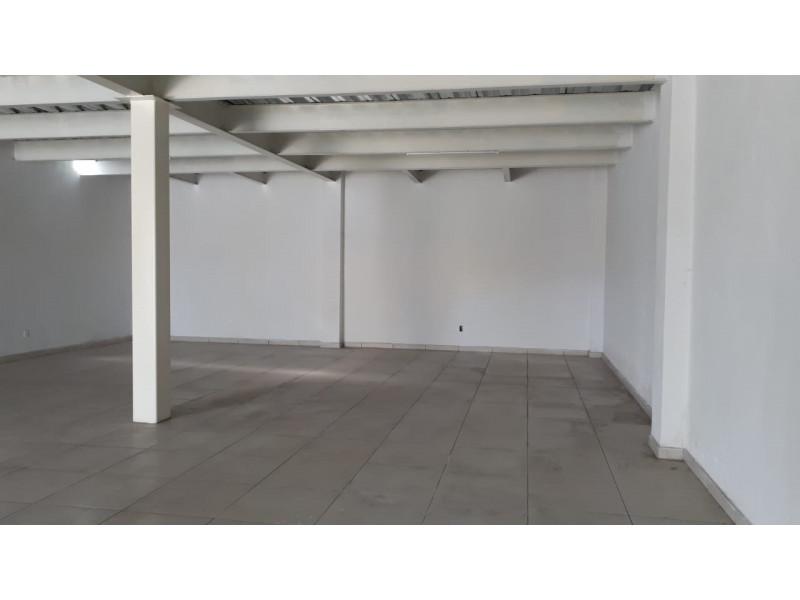 Local comercial nuevo, en planta baja, a media cuadra de Adolph Horn, en avenida muy transitada, zona de mucho crecimiento, muy cerca del Autodromo de Guadalajara, frente a coto Sendero Real, Apto para cualquier giro, excepto bar, cuenta con medio baño y cortinas metálicas. 2