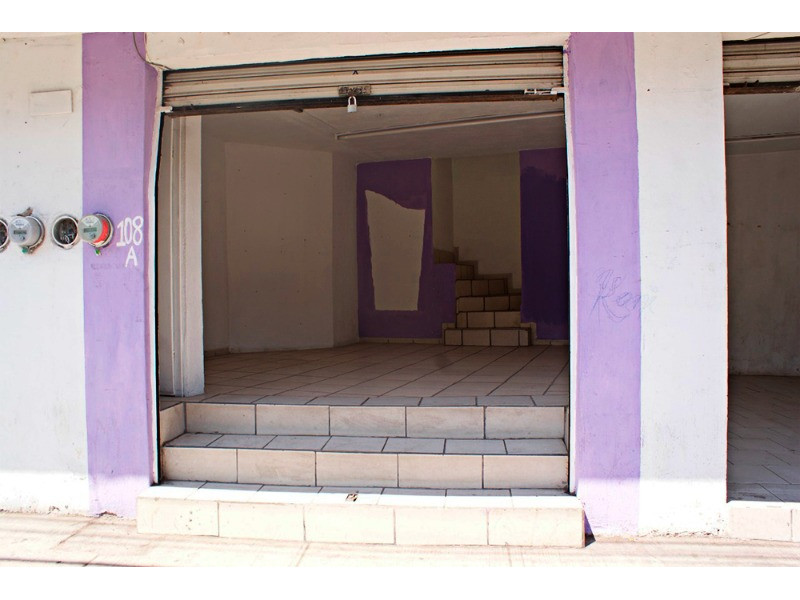 Excelente Casa para Inversión. Cuenta con 6 Locales Comerciales y 1 Departamento con 3 recámaras con clóset cada uno, 1 baño completo, cuenta con cocineta , 5 medios baños, 220 mts de construcción. Ubicada sobre avenida con mucha afluencia de trafico y peatones a cuadra y media de la Farmacia Guadalajara. 2
