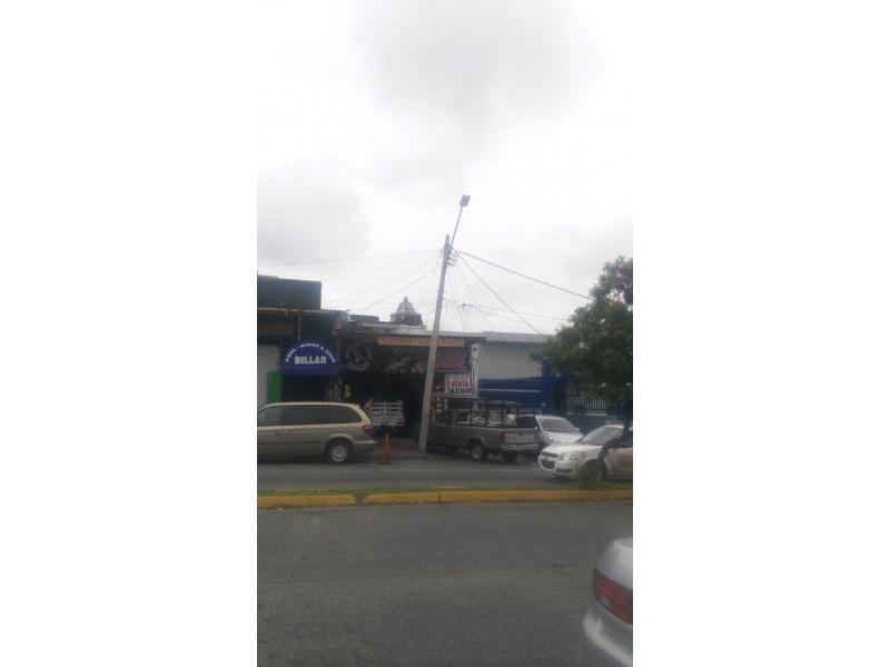 Excelente local comercial ubicado sobre la Av. Artesanos en zona de mucho tránsito peatonal y vehicular en la colonia Oblatos. Incluye un departamento de 3 recamaras. Excelente oportunidad. 2