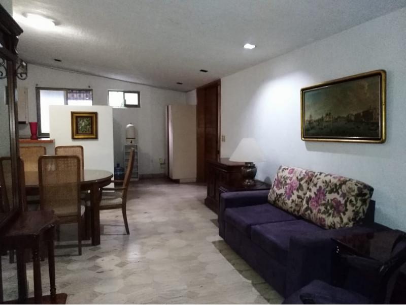 Casa ubicada en la colonia chapalita, se vende como terreno, ideal para desarrollo vertical o para Hotel Boutique.   2