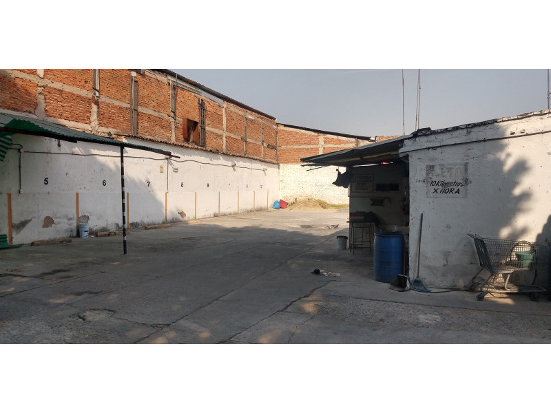 Terreno especial (H4-V), para comercio y vivienda, en la zona comercial de Medrano y calle 62 col. La Loma, alta densidad. Superficie plana de 495 m2 (15 x 33) cuenta con barda perimetral y portón. Se pueden construir hasta 4 niveles. 2