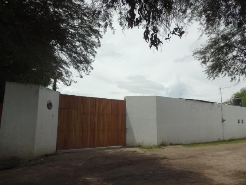 Terreno en Villa Corona, Jalisco. Frente a la laguna. Cuenta con una terraza, cocineta, 2 baños, alberca con chapoteadero y equipo, embarcadero con un pequeño muelle, cisterna de 10m3, bardas laterales y  3 bodegas. tel. para cita (33)15664050. 2