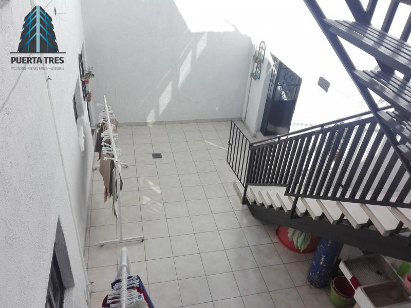 Amplia casa habitación ubicada en zona céntrica, a 5 cuadras de plaza Terraza Oblatos. Cuenta en PB con cochera para 1 auto, un departamento con sala comedor, cocina y 1 recámara con baño, ademas patio de servicio con baño, cocina, sala comedor amplia, 2 recámaras. En PA cuenta con 3 recámaras y terraza. Y en el 2 nivel tiene bodega o cuarto de usos múltiples con baño completo. 20
