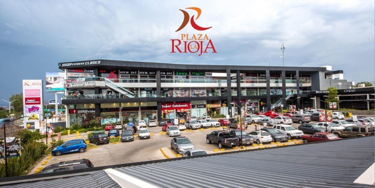 La Plaza La Rioja se ubica en Av. López Mateos Sur #6900, a la entrada del fraccionamiento La Rioja, en una zona con fuerte crecimiento y alto nivel socio-económico, con desarrollos habitacionales consolidados o en proceso de consolidación, y denso flujo vehicular. El local disponible es del C4-C7  que cuentan  con una superficie de 245 m2, siendo su precio de $39,264.00 . Precios de renta estimados más IVA, el mantenimiento es aproximadamente del 15% sobre el valor de la renta, se respetará la exclusividad de giro. La plaza cuenta con: 36 locales comerciales en 3 niveles Área comercial de 2000 m² 5000 m² de terreno 124 cajones de estacionamiento. EasyBroker ID: EB-DD6076 0