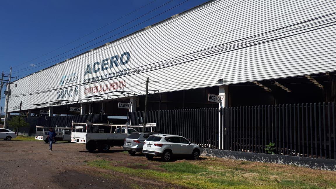 El local comercial se encuentra en  la carretera a Chapala en el km 13. Se encuentra  cerca del aeropuerto internacional de Guadalajara, cerca de bancos, de fabricas, restaurantes que hacen que haya mucho flujo vehicular.  •El local cuenta con una superficie de 2760 mts •De frente 70 mts.  •Techo de lamina de 12 mrs.  •esta libre sin claros •2 oficinas.  •Con baños para empleados y cocineta.  •Baño para la oficina principal •Todos los servicios. EasyBroker ID: EB-DK9341 0