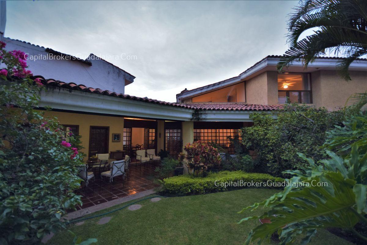 Residencia de con 2 recamaras en planta baja y 2 arriba, jardin, areas comunes, requiere remodelacion. EasyBroker ID: EB-DW8151 10