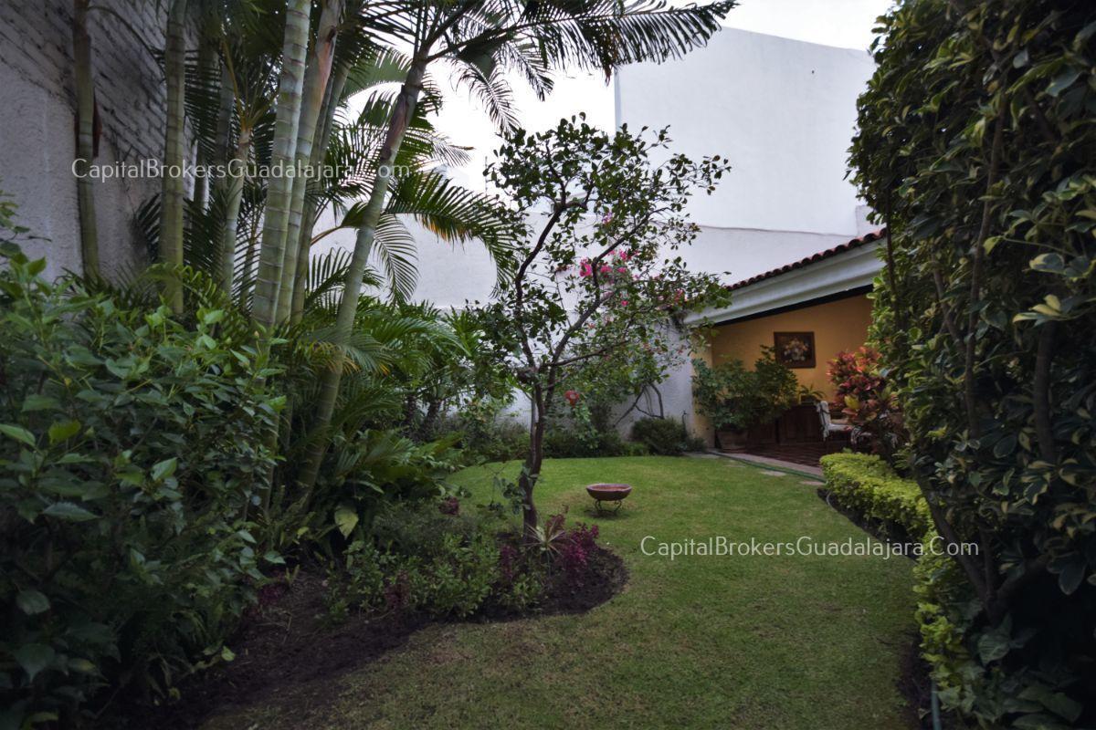 Residencia de con 2 recamaras en planta baja y 2 arriba, jardin, areas comunes, requiere remodelacion. EasyBroker ID: EB-DW8151 11
