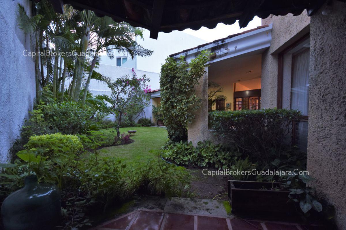 Residencia de con 2 recamaras en planta baja y 2 arriba, jardin, areas comunes, requiere remodelacion. EasyBroker ID: EB-DW8151 12