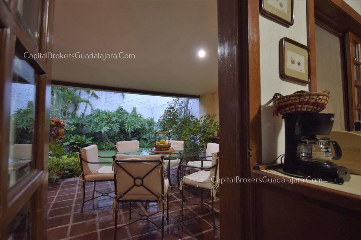 Residencia de con 2 recamaras en planta baja y 2 arriba, jardin, areas comunes, requiere remodelacion. EasyBroker ID: EB-DW8151 16