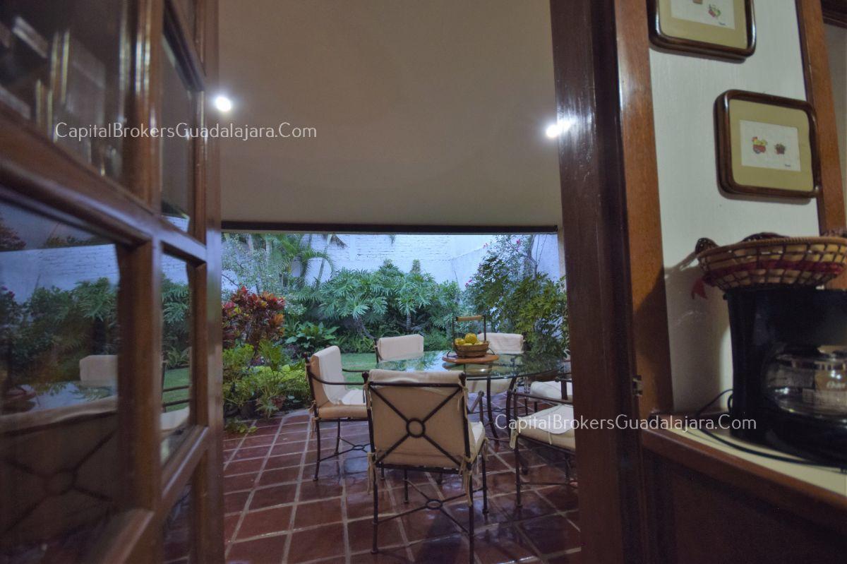 Residencia de con 2 recamaras en planta baja y 2 arriba, jardin, areas comunes, requiere remodelacion. EasyBroker ID: EB-DW8151 17