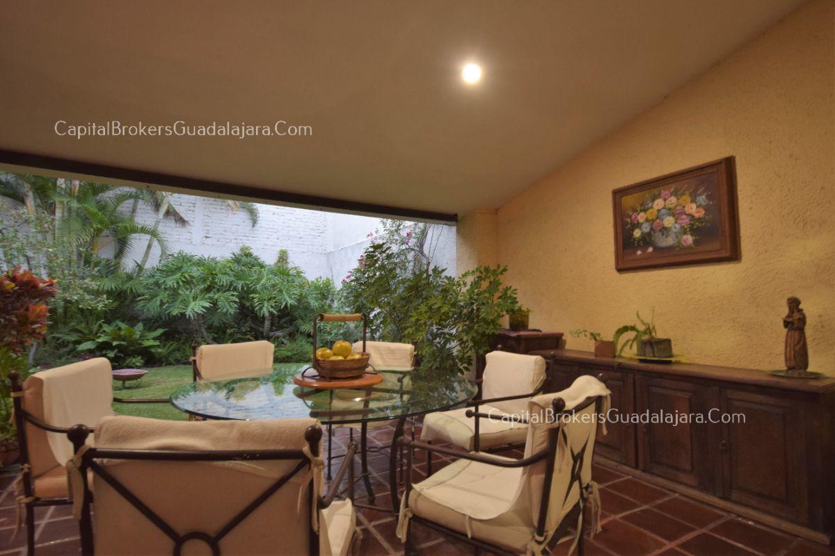 Residencia de con 2 recamaras en planta baja y 2 arriba, jardin, areas comunes, requiere remodelacion. EasyBroker ID: EB-DW8151 18