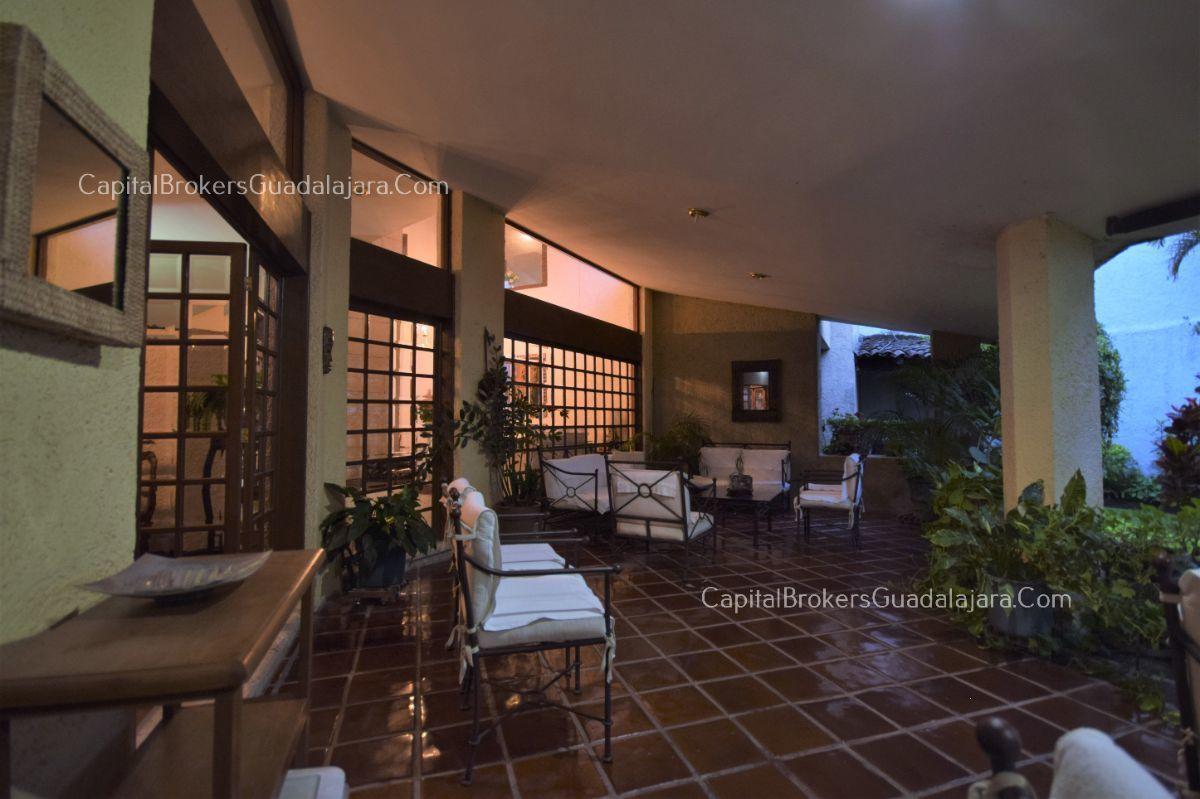 Residencia de con 2 recamaras en planta baja y 2 arriba, jardin, areas comunes, requiere remodelacion. EasyBroker ID: EB-DW8151 19