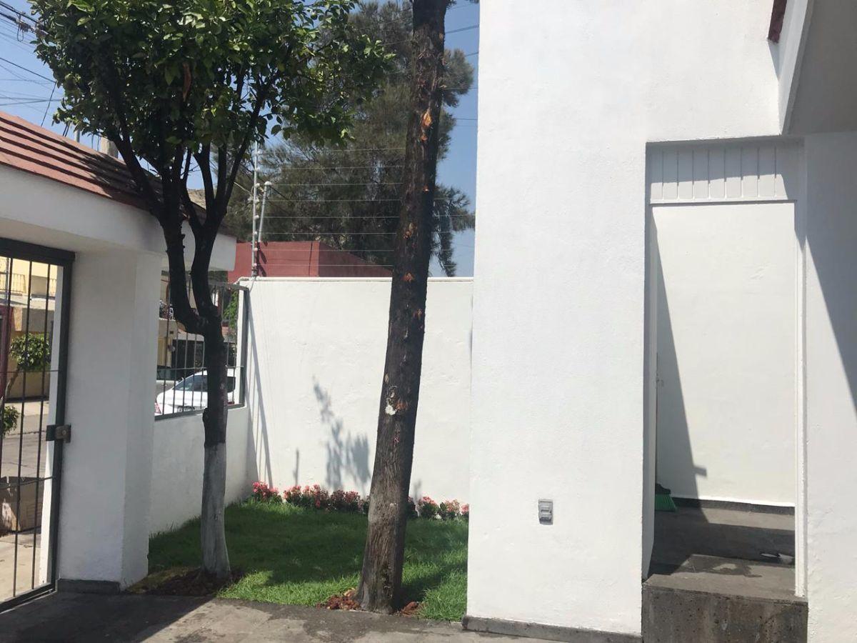 PRECIOSA CASA HABITACIÓN CON EXCELENTE UBICACIÓN EN VENTA. INSTALACIÓN ELÉCTRICA, POTABLE Y SANITARIA TOTALMENTE REMODELADA. MUY CERCA DE IMPORTANTES AVENIDAS COMO: AVENIDA PATRIA, MARIANO OTERO Y LÓPEZ MATEOS. HOSPITAL, ESCUELAS, CENTRO COMERCIAL, PARQUE, Y TODOS LOS SERVICIOS ESTARÁN A TU ALCANCE. LA CASA CUENTA CON:  ----------PLANTA BAJA: *COCHERA PARA DOS AUTOS CON PISO   DE CANTERA NEGRA. *PUERTA PRINCIPAL DE PAROTA. *SALA. *COMEDOR. *COCINA INTEGRAL CON CUBIERTA   DE GRANITO. *PATIO DE SERVICIO CON ENTRADA    INDEPENDIENTE. *JARDIN AL FRENTE Y PARTE POSTERIOR. *PATIO INTERIOR. *RECÁMARA PRINCIPAL CON CLÓSET   Y BAÑO COMPLETO. *DOS RECÁMARA SECUNDARIAS CON CLÓSET Y BAÑO COMPARTIDO EN PASILLO. ----------PLANTA ALTA: *RECÁMARA/CUARTO DE SERVICIO CON BAÑO COMPLETO Y ENTRADA INDEPENDIENTE.  EL PERÍMETRO CUENTA CON MALLA CICLÓNICA. ER2. EasyBroker ID: EB-DS3939 2